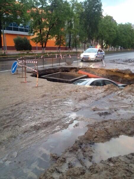 На Горького машина полностью провалилась в яму? 2