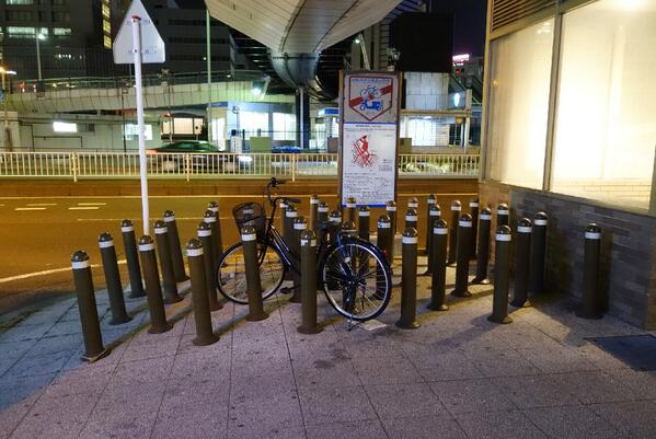 自転車を置かせまいと狂気じみたポールの数、とそれに立ち向かう自転車 pic.twitter.com/I3ZdcjXuG6