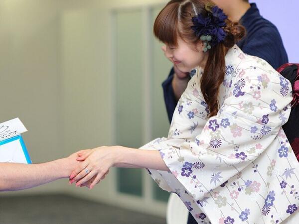 AKBの握手会が今TLで話題になっていますがここで能登麻美子さんの握手会の様子をご覧下さい http://t.co/WoajbEtapS
