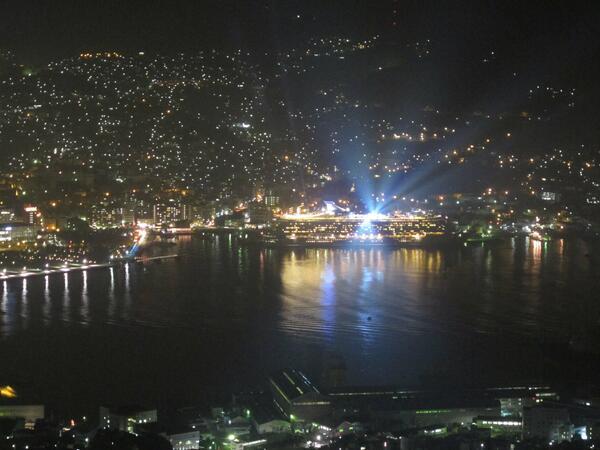 今日長崎の夜景を見れた人はとってもラッキー☆普通は見られないこの青い光を放っているのは建物ではありません!23:00出港のクルーズ船、ボイジャー・オブ・ザ・シーズです! http://t.co/SCmvn7ZTNP