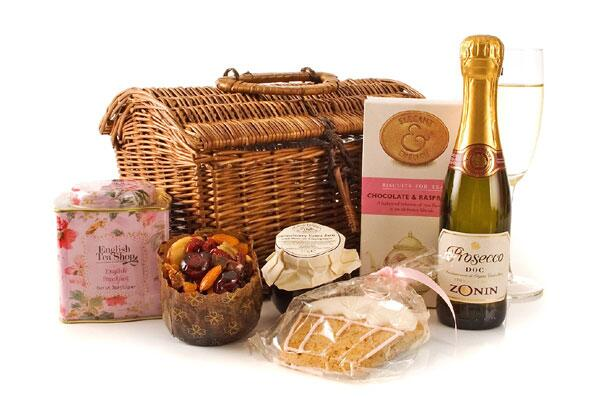 It's Bank Holiday! Follow/RT to WIN this dome-lidded hamper classic gift packed with treats! http://t.co/s9HZ8uhsbx http://t.co/Kx6RDViUfC