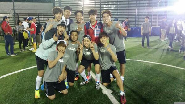 박지성, 설기현 선수와 영광의 촬영^^♡ 와우  벅참벅참!! 우리 아이돌팀 고생 많았다!!!!!! http://t.co/URHS1BaV5g