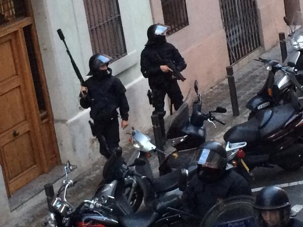 Mossos amb armament prohibit pel Parlament a Sants. #canviesnoestoca #canviesresisteix #CanVies http://t.co/aEZTEKVHlB