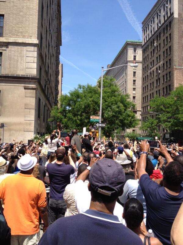 「マイルス・デイヴィス通り」が誕生! RT @jalcnyc At the unveiling of 'Miles Davis Way' at W 77TH Street in NYC where Miles once lived. http://t.co/MF91ZghvS5