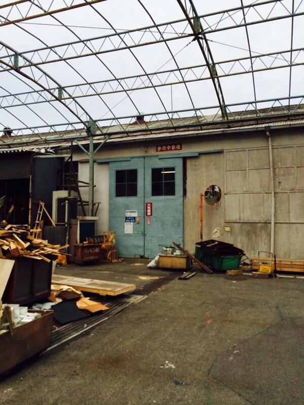 日活撮影所の赤木圭一郎さんがゴーカートで激突して亡くなった、大道具倉庫の鉄扉も壊されます。ファンクラブの方はその扉だけでも譲ってくれないかと言ってたみたいです http://t.co/xUKCiTv9Zc