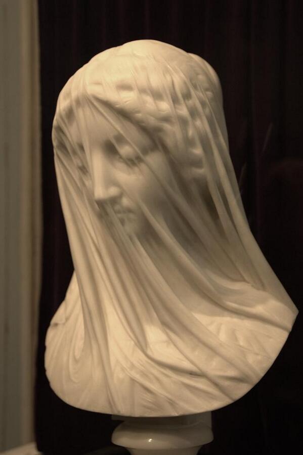 今朝、ベルニーニの彫刻のツイートが回ってきて大理石彫刻の画像を漁っていたのだけど、これはとってもすごい。ヴェールをかぶったマリア像。こんな表現を大理石でしようと思った人が、した人が、いたなんて pic.twitter.com/kVG3mtXLtW