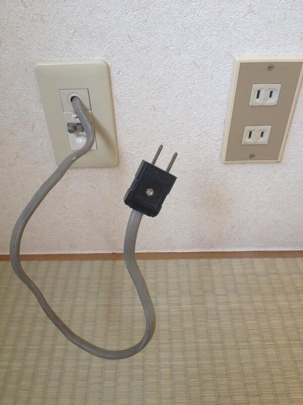 今度引っ越す家の壁からコンセントが生えてるんだけど、これなんなんだろう?誰か電気に詳しい人教えてください pic.twitter.com/VolNSKJ5nf
