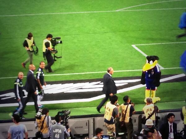 試合後、日本代表の選手、スタッフが場内一周。日本国内のスタジアムでザックの姿を見るのはこれで最後。そう思うと彼と共に歩んできたこの4年間の記憶が蘇ってきた。がんばれ、ザッケローニ監督。そして、我らが日本代表。#daihyo http://t.co/fXkFbWc6Hj