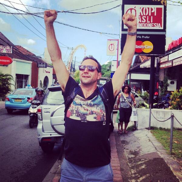 Je célèbre la victoire du CH dans les rues de Bali. Oui, j'ai l'air d'un gros cave. #gohabsgo #alone http://t.co/aipFkNU3Id