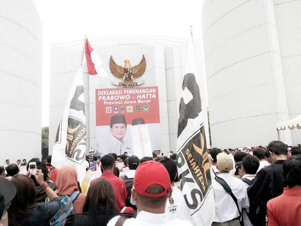 Massa di lokasi deklarasi pemenangan Prabowo-Hatta