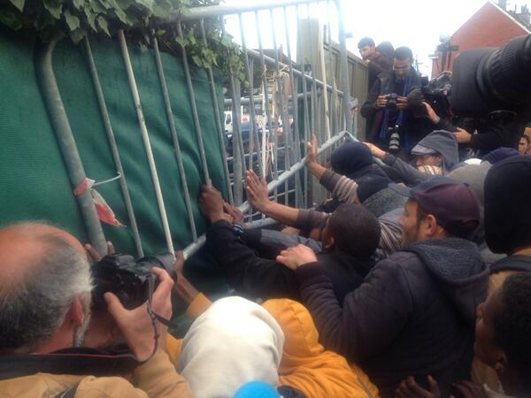 Police trying to break into internal camp area. Migrants have barricaded themselves in. #Calais http://t.co/iHUOAdt6Bp