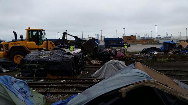 Premiers coups de tractopelle sur le camp vidé de ses occupants #migrants #Calais http://t.co/nXkofPrEof