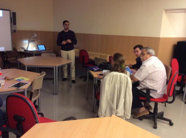 Aprendiendo a usar tablet en @cucc_educacion con @proyecto_tic en #ElMesDeTablet http://t.co/mCo8E8J0fD