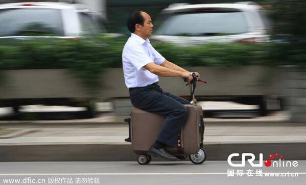 湖南省のおっさんが10年かけて「走るスーツケース」発明 最高時速20km 一回の充電で50~60km連続走行  GPSナビ付き http://t.co/YdTyeNLiTY http://t.co/xSKm5Wx3F0