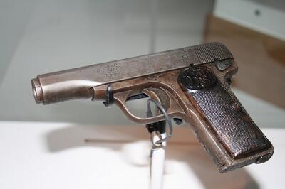 @BlackHandApis Pa zavisi. Da li znate gde bismo mogli dobiti neko oružje? @N_Cabrinovic #SerbianHeroes #KU_WWI #cons… http://t.co/qZ500FLvtY
