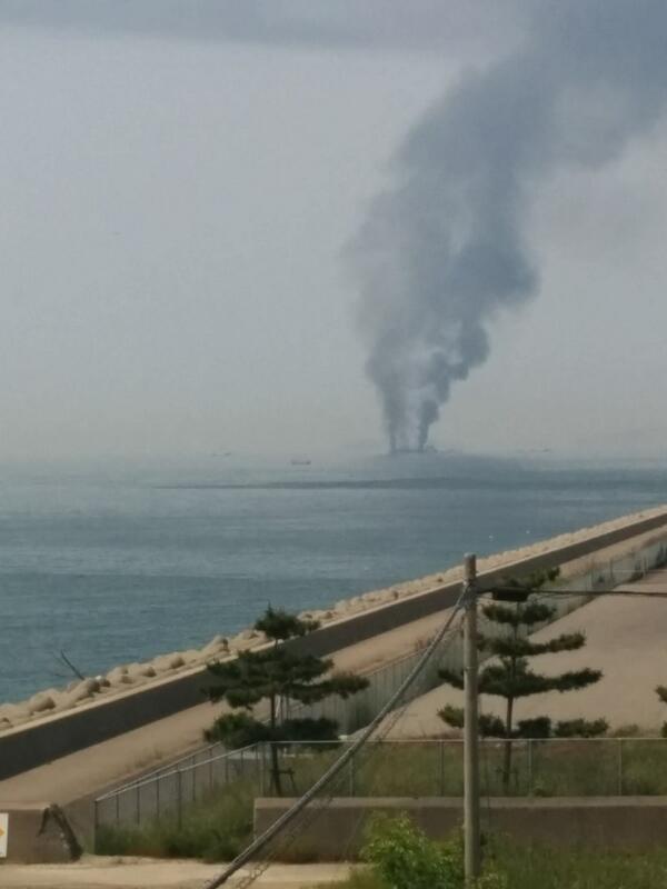 先程姫路港沖でタンカー?爆発した模様。飾磨中島埠頭より。 pic.twitter.com/Td1GXw6dYC