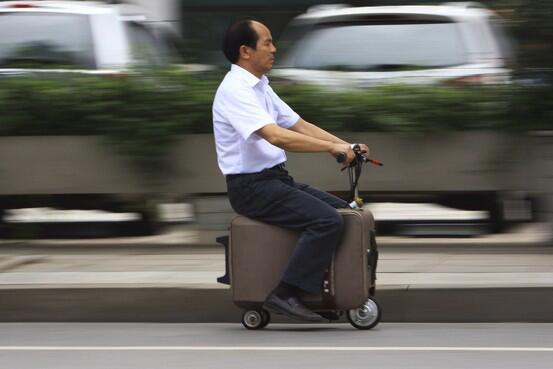 写真で見る世界のニュース on.wsj.com/1kMOlj2 写真は、スーツケースをモーター付きの乗り物に改造して車道を走る中国の男性(Reuters) pic.twitter.com/KE1zthzcyA