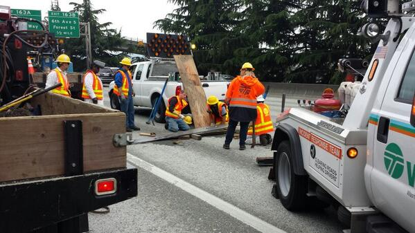 You can see @wsdot working hard at fixing a metal plate that popped up at the start of the morning commute http://t.co/Fs9tG6zrZM