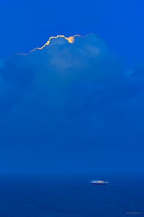 宵の海、月が昇る前のつかの間の青。ほどなく雲の向こうから満月が昇ってきました。(過去の写真より) pic.twitter.com/5y6BEIOiSJ