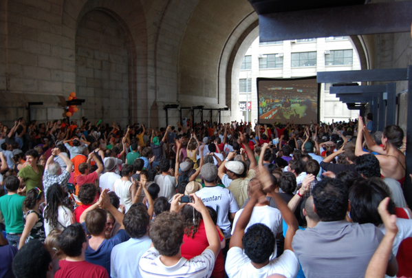 20 matches live on a 20' screen. #WorldCup2014 in #DUMBO kicks off 6/14 w/ @espn @RooftopFilms http://t.co/Tf7gWloXJ2 http://t.co/NjDy1Fmpkz