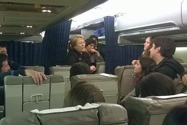 Soy una rubia en el avión ... Directo a Brasil . Soy una rubia en avión con la cagá en mi país #AsiEraLaCancion ? http://t.co/BIZuOzXMsV