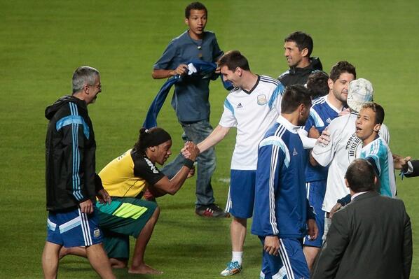 Sósia de Ronaldinho Gaúcho cumprimenta o  amigo  Messi. http   t cc375498bae57