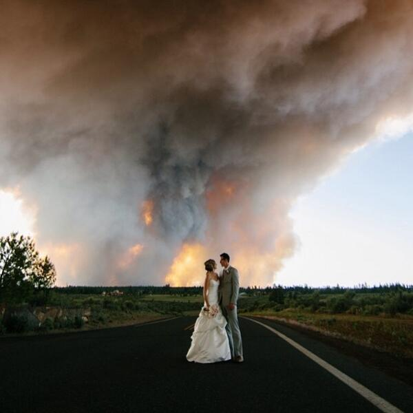 Incredible moment captured by @joshnewton of this Oregon couple who wed during a wildfir... http://t.co/UuZOaDv9RB http://t.co/E8K53Lfnth
