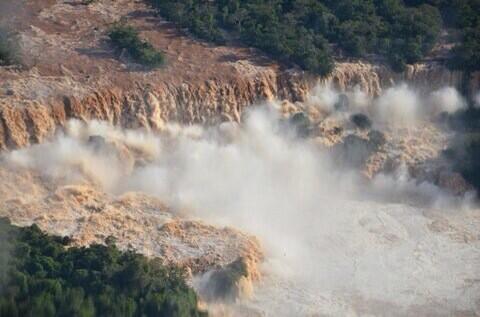 Impactante imagen del histórico aumento del caudal en las Cataratas de Iguazú, que obligó a su cierre temporal. (Efe) http://t.co/nzBBvANeIt