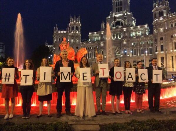 Personal de la embajada en Plaza de Cibeles para dar su apoyo a la campaña #TImeToAct. http://t.co/30e2JDPQMT