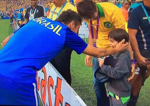 Neymar Saludando a @KAKA Y a Luca!! #Brasil2014 http://t.co/qFetjrV4lQ