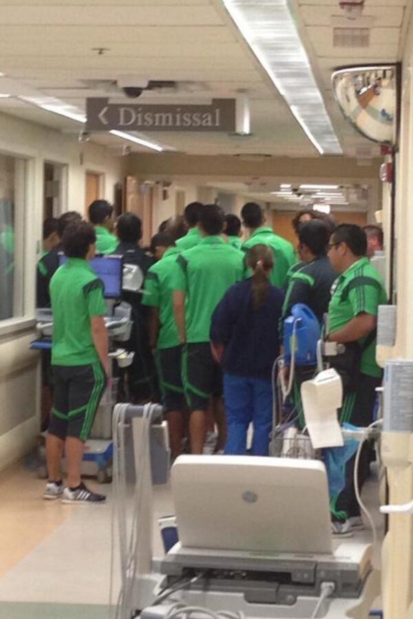 Que buena onda!!! Todo el TRI visitando al Chapito Montes en el Hospital! http://t.co/kvNS1hBGVs