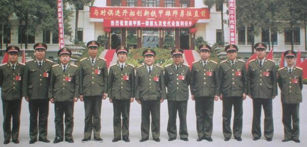 @wurenhua: 89年6月4日清晨,制造六部口惨案的坦克第1师军官们。左起:唐琳、张芝元、王孝国、张武佃、高青云、金海龙、邓汉桥、贾振禄、姚跃旋、臧远征、彭杰。副团长贾振禄与团长罗刚一起率坦克车队追轧学生队伍。#图说八九六四 http://t.co/UHGPSOq0tl