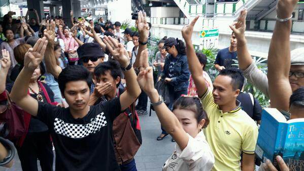 Illegal anti #ThaiCoup flash protest at Terminal 21 (11:56) http://t.co/tT7HwQlKxh via @karmanomad