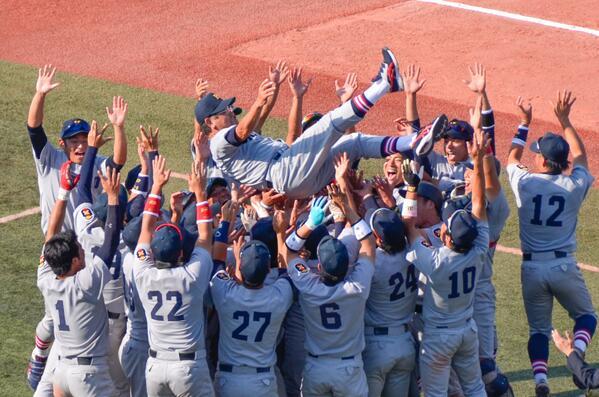 [慶早戦] 義塾野球部、歓喜の瞬間。  優勝おめでとうございます。 #早慶戦 http://t.co/5hXayMk0gY