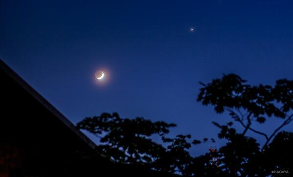 今撮影した西の空のようすです。暗くなって月の地球照(陰の部分もほのかに円く光る)もよく見えます。右上の明るい星は木星です。 pic.twitter.com/IItC5RldIL