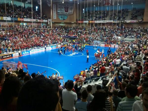 El palacio es una fiesta.  @ElPozoMurcia_FS en otra final. Murcia en la elite otra vez gracias al fútbol sala. http://t.co/HgVrwe4mqX