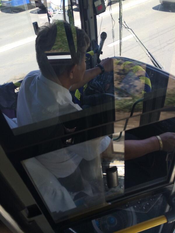 Ажилдаа сайхан еериймсег хандажээ. Тэр болгон автобусанд зангиа, цагаан цамцтай жолоочтой таарахгvй бх. Соелтой ч юм http://t.co/JDnKx7e6F5