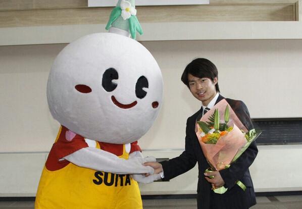 ISUフィギュアスケート世界選手権大会2014(男子シングル)で準優勝した関西大学の町田選手に市長賞を贈ったよ!ボクのこと覚えていてくれたし、握手もしてくれて最高~! #suitan http://t.co/5NvDvc67TR