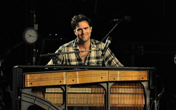We're sending hugs, love and warm wishes to Mr.Tim Rice-Oxley today! A BIG HAPPY BIRTHDAY to a true musical genius! http://t.co/7rQqYIsJBU