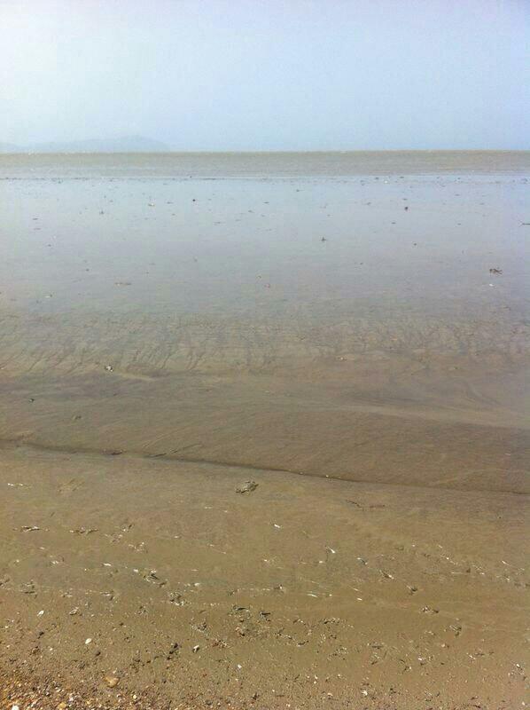 Usuarios de Twitter reportan q el Mar se ha alejado unos 10mts en Higuerote y no hay oleaje. Imágenes @valentinai_p http://t.co/jiXfZhXbxU