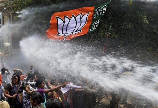 India: 2 girls gang-raped. Women protest gov's policies. Police fire water cannons at them http://t.co/Oitmf916y2 http://t.co/2jLPHMQWV8