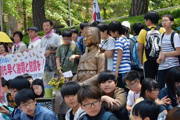 PICTURES: Weekly 'comfort women' protest at #Japan Embassy in #Seoul in its 22nd year: http://t.co/nh7rRrEHzL http://t.co/Oex71mYDWR