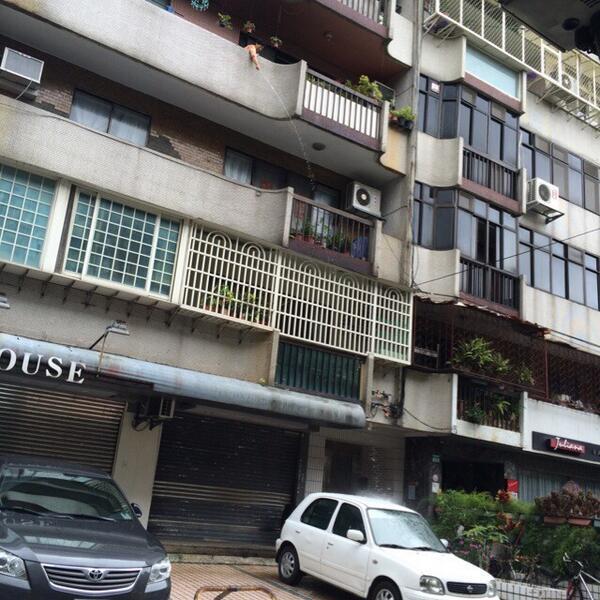 4階のベランダから洗車をするおばさん。たいわーんw http://t.co/iB9smOcoLU