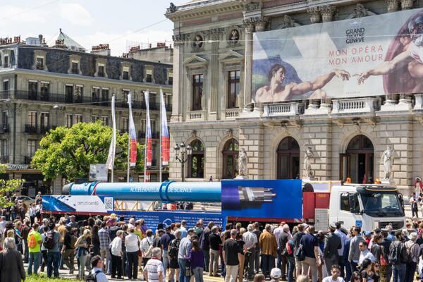 CERN の LHC超伝導磁石 がジュネーブの200年祭にあわせて ジュネーブの街中をパレード!   すばらしい! http://t.co/ggYTOgQOwp … http://t.co/W20RmU7E8Y