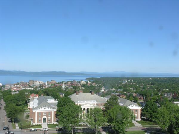 Live webcam shot looking Northwest across Burlington, #Vermont this morning. #VTwx http://t.co/W5weBc7YPm