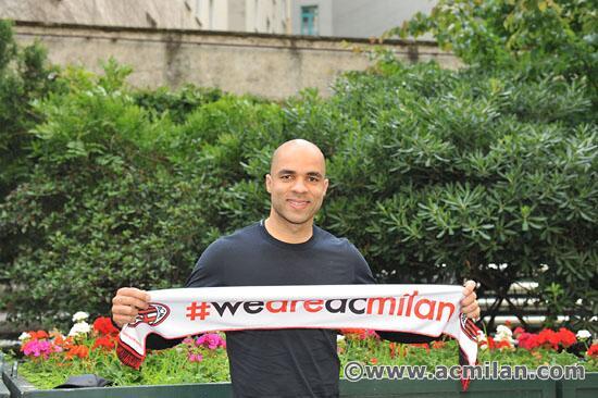 Alex ao chegar em Milão antes dos exames médicos / Alex arrived at Milan for his medical tests #weareacmilan http://t.co/aqhOlosxox