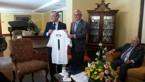 Pdte. Del #RealMadrid le entrega una camisola al mandatario Otto Pérez  con su nombre. http://t.co/xdmg1DY9GE