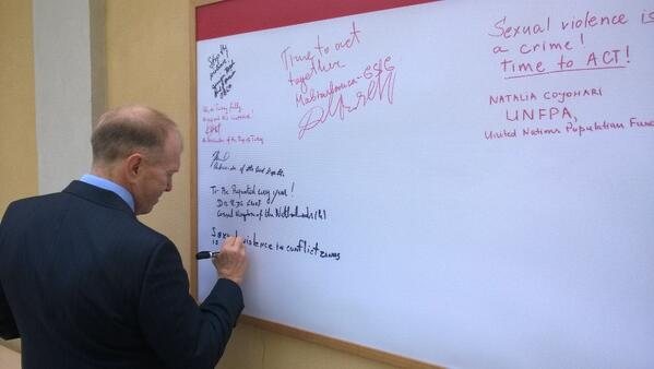 US Ambassador to Moldova William Moser signs the #PSVI canvas in the British Embassy Chisinau garden http://t.co/JGxrIJHkis