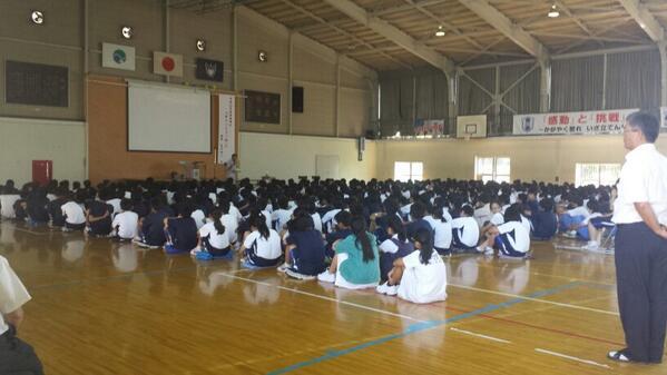 今日は浜松の中郡中学校で講演会でやんしたヽ(・∀・)ノ中学校での講演会自体が久しぶりで力が入り過ぎた部分もありましたが、それも有りかと思います(笑)本日呼んで頂いた中郡中学の先生方、繋げて頂いた山下さん、本当にありがとうございました! http://t.co/cLpvzloeqO