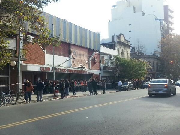 [AHORA] Así sede Boyaca. Casi 3 cuadras de cola. #Independiente @MartinchoRoldan @CarlitosMaidana @Mati_Martinez http://t.co/HzKy8Mbyn1